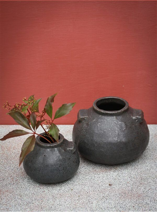 vase i sort stentøj