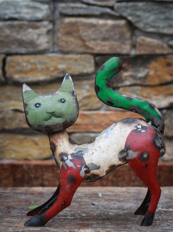 kat lavet af genbrugsmetal